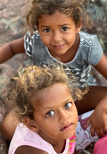 Crianças olhando para cima