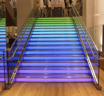 Loja na Rússia combina iluminação e cores na escada translúcida.