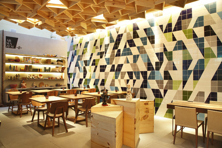 Decoração com mosaico de azulejos diferentes