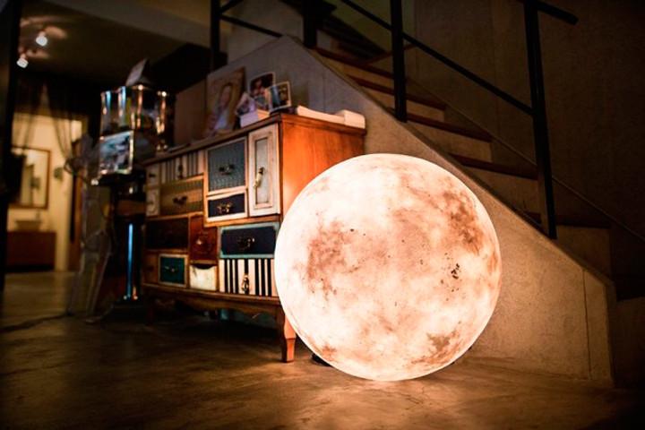 Luna: a incrível luminária com a forma da lua