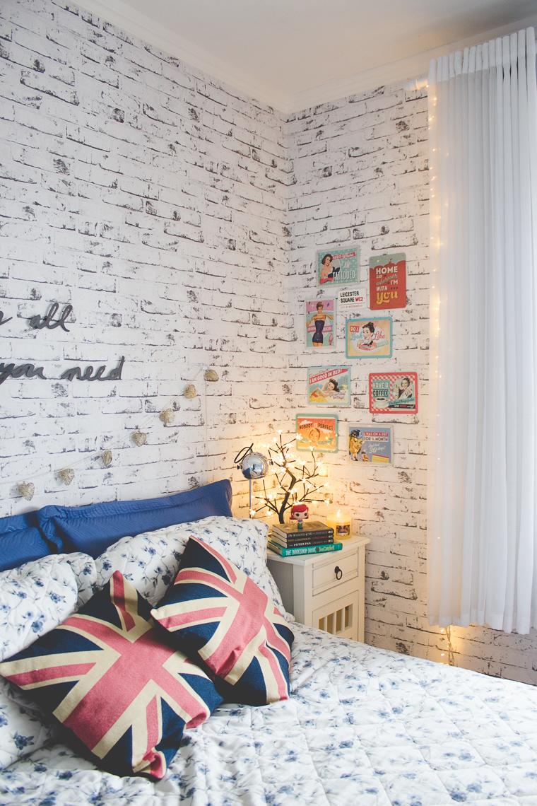 Quadros na parede do quarto