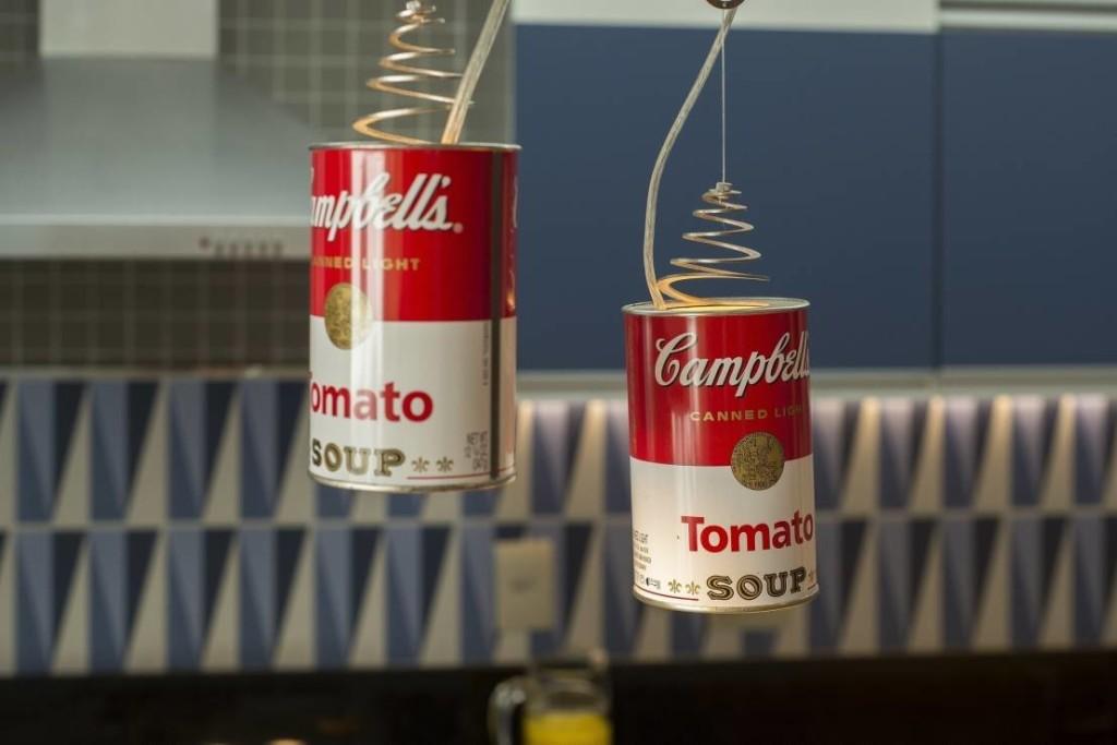 Latas de sopa Campbell na decoração