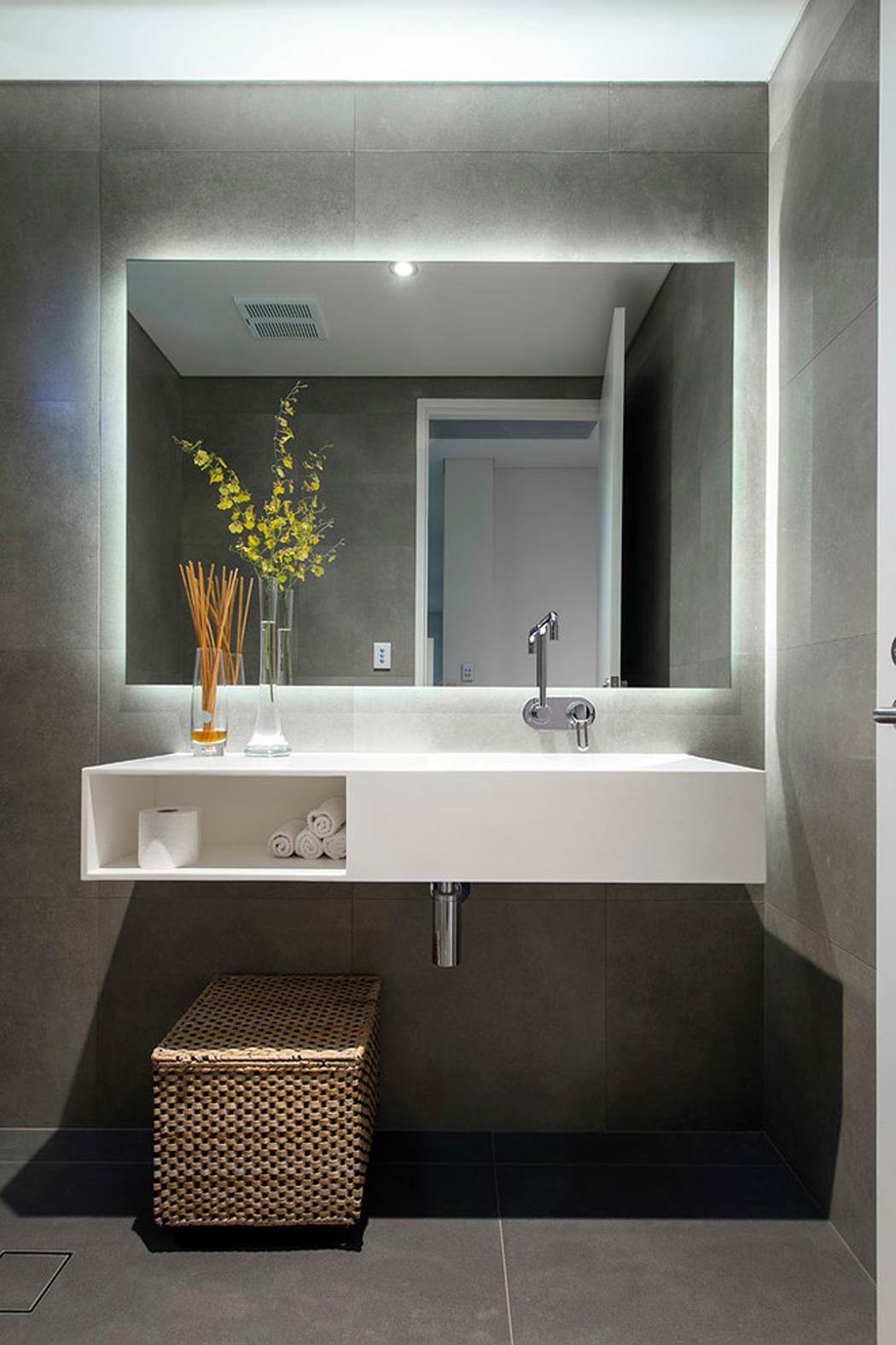 Banheiro com iluminação em LED atrás do espelho