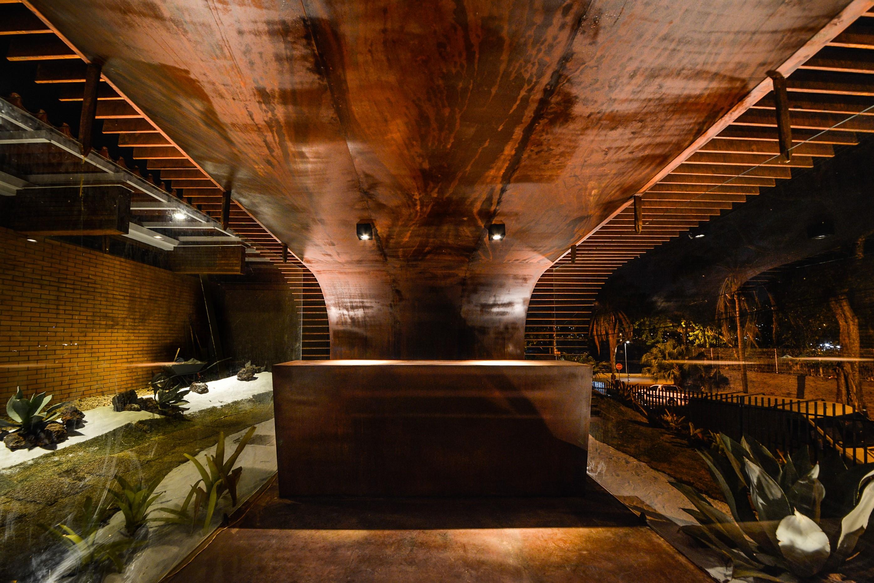 Revestimento interno do pavilhão que funcionou como bilheteria da Casa Cor Minas 2015. Projeto: João Diniz | Execução: Accero