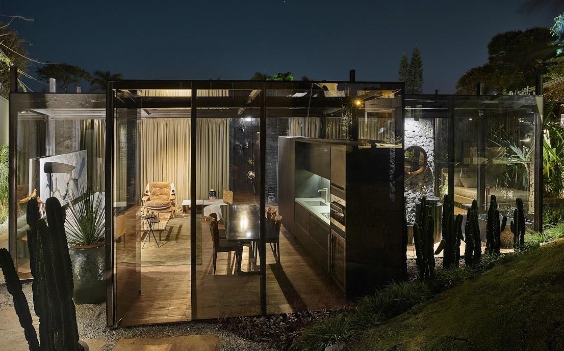 Casa de Vidro, com fachada em vidro fumê da Divinal | Projeto: Cristina Menezes para a Casa Cor Minas 2015