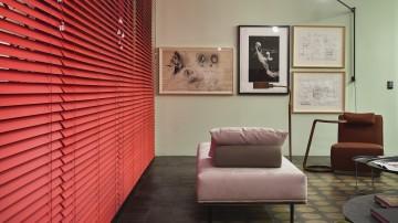 Sala Central, com persiana laqueada vermelha, da Criativa Persianas | Projeto: Pedro Lázaro para a Casa Cor Minas 2015
