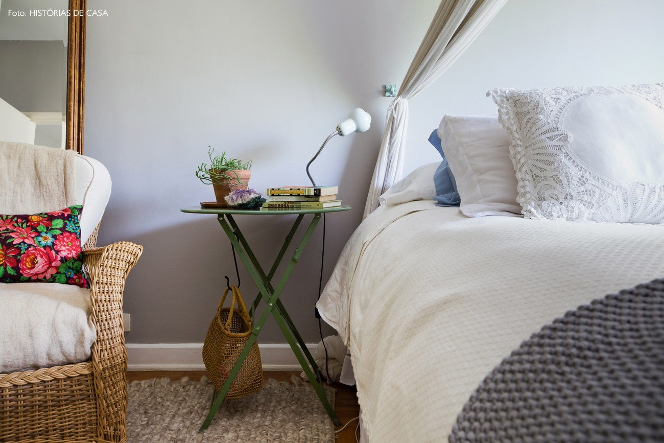 _hometeka-decoracao-quarto-casal-parede-cinza-poltrona-fibra
