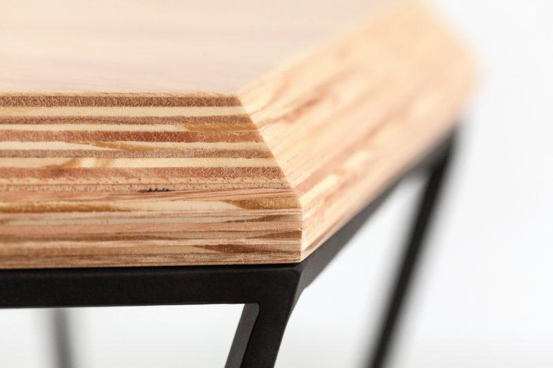 Zoom nas camadas do compensado do tampo da mesa lateral Hooke da Mezas.