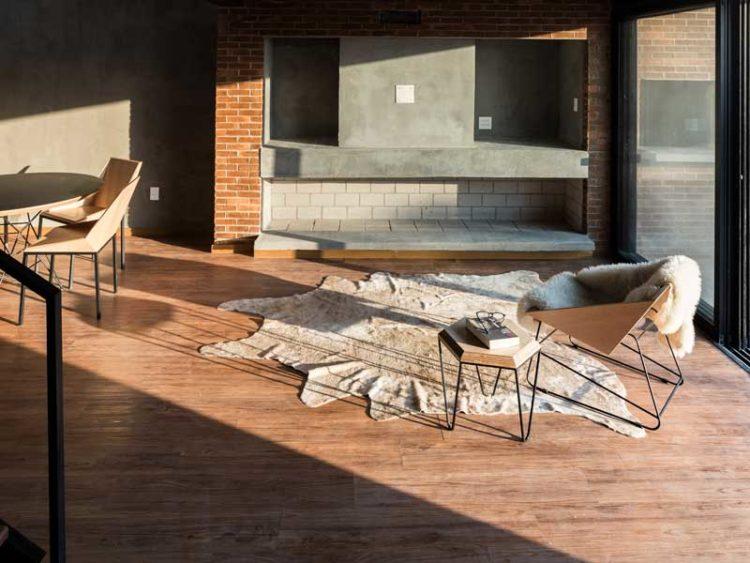 Poltrona Pascal e mesa Hooke no projeto do Atelier Aberto Arquitetura | Foto:  Marcelo Donadussi